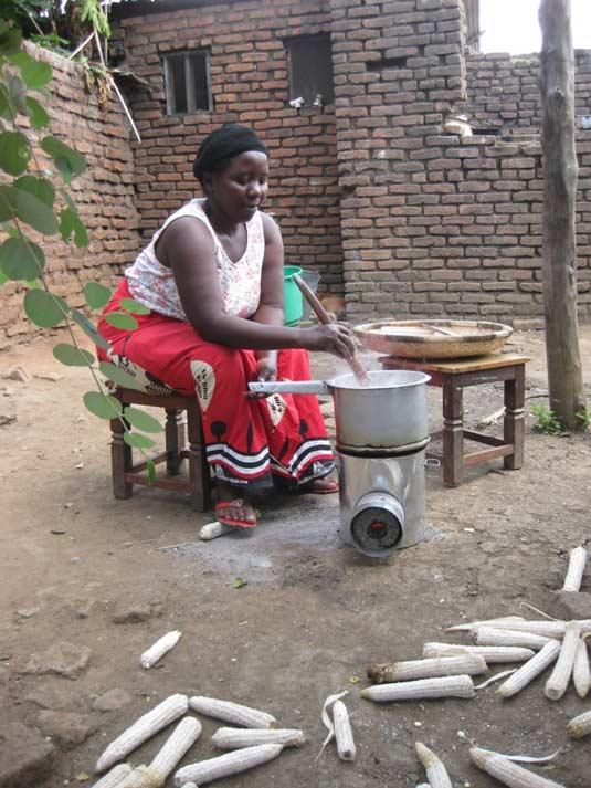 11. Mrs Chizenga kookt nsima op briketten