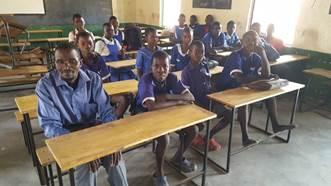 Schoolbanken voor Mtumbira School